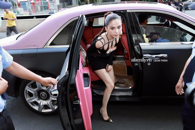 """Ngọc Trinh liên tục lấy tay chỉnh sửa che chắn sợ lộ hàng"""" khi diện váy cắt xẻ hiểm, xuất hiện bên Rolls-Royce giữa lùm xùm với Nathan Lee-4"""