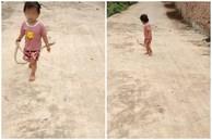 Bé gái 'hùng hổ' xách con rắn dài gần 2 mét đi chơi như thú cưng khiến người thân được phen hú vía