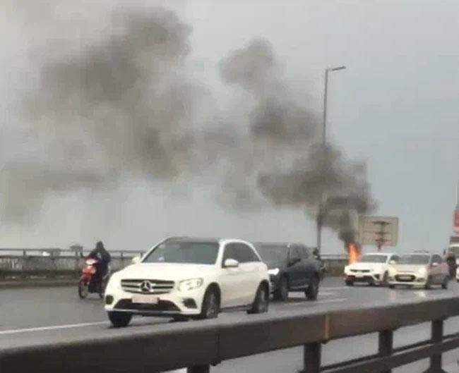 Clip: Xe máy SH bỗng nhiên bốc cháy ngùn ngụt trên cầu Nhật Tân, khổ chủ thất thần đứng nhìn mà không thể làm gì-1