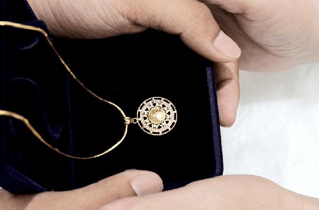 Cầm dây chuyền vàng mẹ chồng tặng đến tiệm vàng làm lắc chân cho con trai sắp sinh, chủ tiệm phán một câu khiến nàng dâu đỏ bừng mặt-2