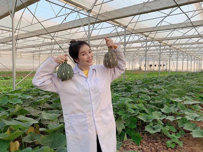 Lý Nhã Kỳ thu hoạch trái cây, hoa và rau củ trong khu vườn 50 ha ở Đà Lạt-2