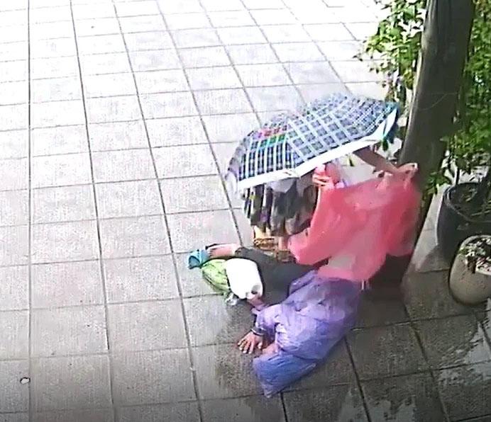 Phẫn nộ clip người đàn ông bất tỉnh bị lôi xềnh xệnh vứt ra vỉa hè giữa trời mưa lớn-2