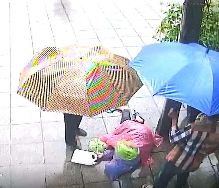 Phẫn nộ clip người đàn ông bất tỉnh bị lôi xềnh xệnh vứt ra vỉa hè giữa trời mưa lớn-3