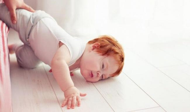 Thót tim xem clip bé sơ sinh bị ngã từ trên giường xuống đất, nhưng bố mẹ đừng vì thương quá mà bế con lên ngay lập tức-1