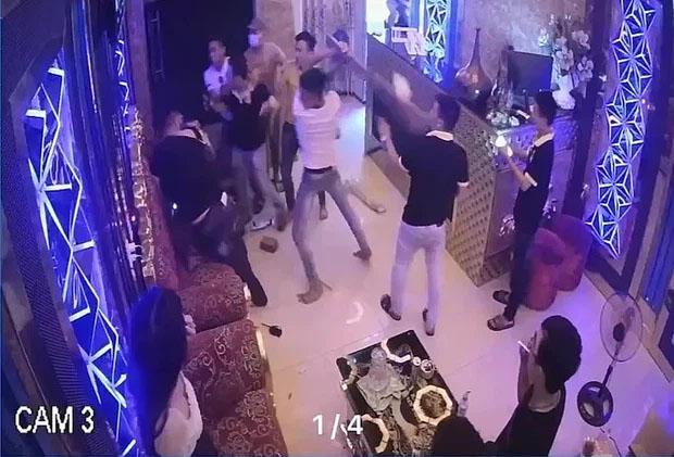 Clip: Rủ nữ nhân viên đi chơi bất thành, nhóm thanh niên đánh người, đập phá quán karaoke-1