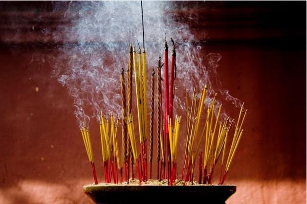 5 thứ trong nhà không ai ngờ tới nhưng lại có thể làm sạch đồ gia dụng, đặc biệt hương đốt không chỉ để thờ cúng-2