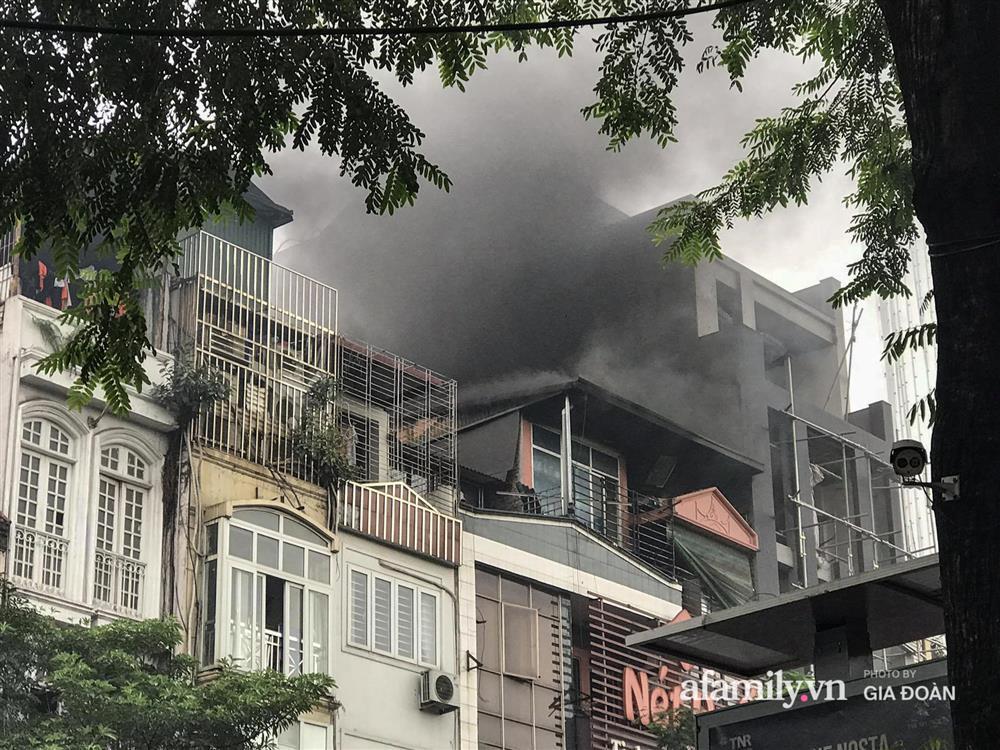 Hà Nội: Cháy nhà hàng Nét Huế trên phố Thái Hà, người dân nháo nhào bỏ chạy, giao thông ùn tắc nghiêm trọng-1