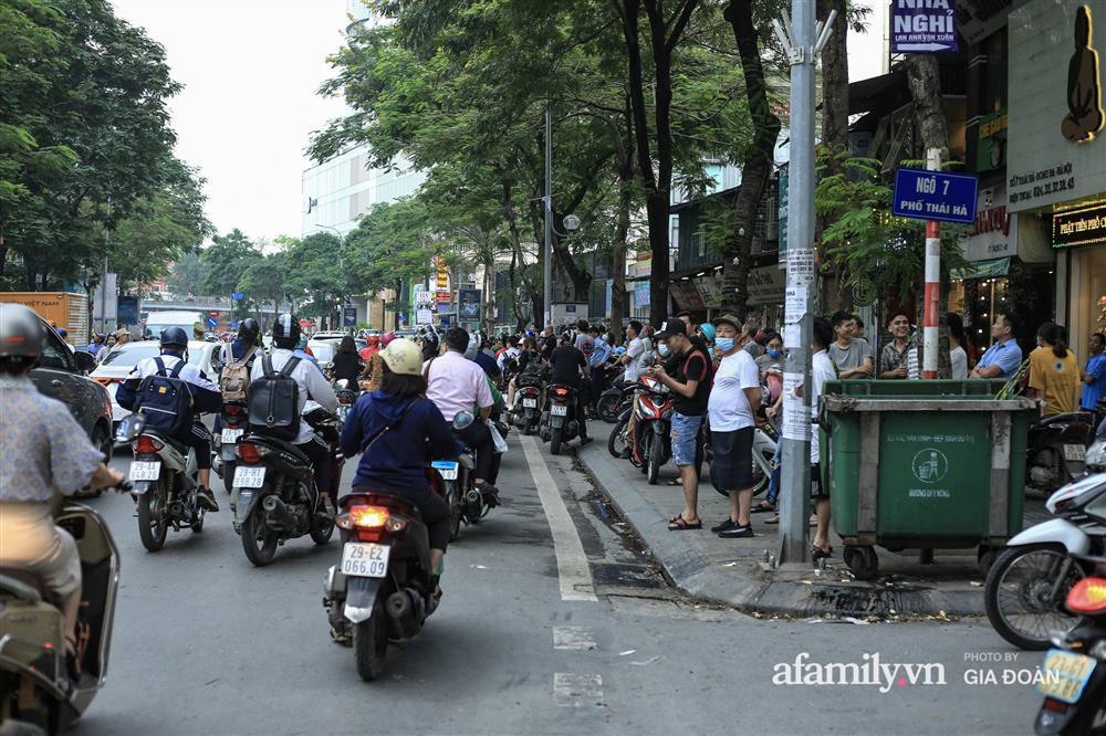Hà Nội: Cháy nhà hàng Nét Huế trên phố Thái Hà, người dân nháo nhào bỏ chạy, giao thông ùn tắc nghiêm trọng-3