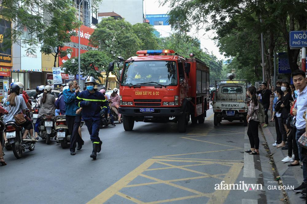 Hà Nội: Cháy nhà hàng Nét Huế trên phố Thái Hà, người dân nháo nhào bỏ chạy, giao thông ùn tắc nghiêm trọng-6