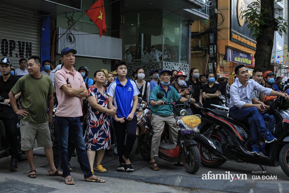 Hà Nội: Cháy nhà hàng Nét Huế trên phố Thái Hà, người dân nháo nhào bỏ chạy, giao thông ùn tắc nghiêm trọng-9
