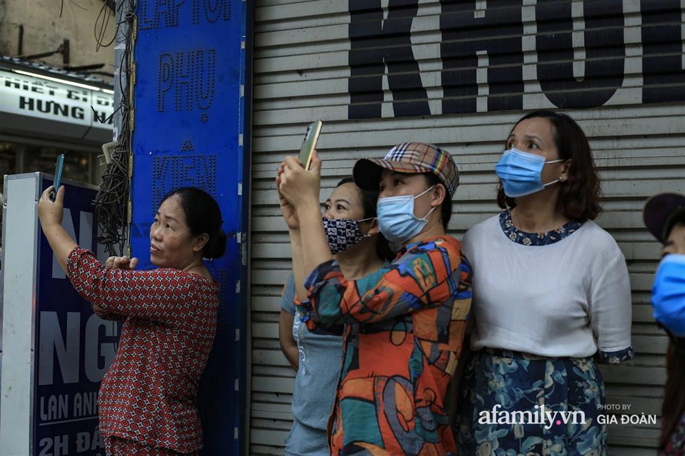 Hà Nội: Cháy nhà hàng Nét Huế trên phố Thái Hà, người dân nháo nhào bỏ chạy, giao thông ùn tắc nghiêm trọng-11