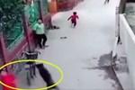 Clip: Nữ sinh lấp ló sau chiếc xe buýt rồi bất ngờ băng qua đường, cảnh tượng sau đó khiến ai nấy hãi hùng-2
