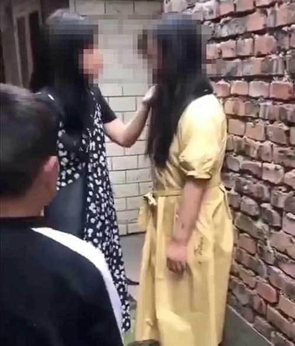 Ôm hận sau khi chia tay, người phụ nữ khủng bố mẹ vợ tình cũ bằng hoa tang vàng mã, đe dọa tình địch đến sảy thai-1