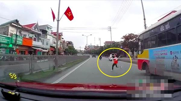 Clip: Nữ sinh lấp ló sau chiếc xe buýt rồi bất ngờ băng qua đường, cảnh tượng sau đó khiến ai nấy hãi hùng-1