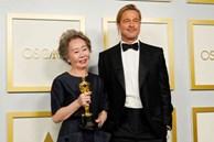 Sao Hàn 74 tuổi lập kỳ tích ở Oscar gây bão với biểu cảm xéo xắt khi trả lời lại câu hỏi về Brad Pitt: 'Tôi có phải là chó đâu'
