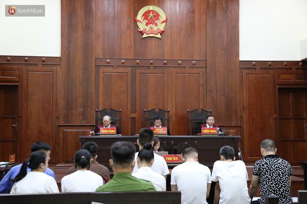 Ông trùm ma túy Văn Kính Dương cùng người tình Ngọc Miu cười tươi đến tòa, các bị cáo xin giảm nhẹ hình phạt-1