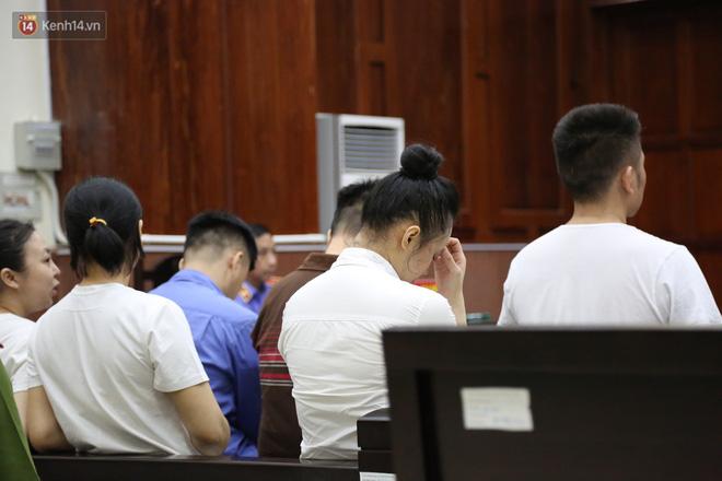 Ông trùm ma túy Văn Kính Dương cùng người tình Ngọc Miu cười tươi đến tòa, các bị cáo xin giảm nhẹ hình phạt-11