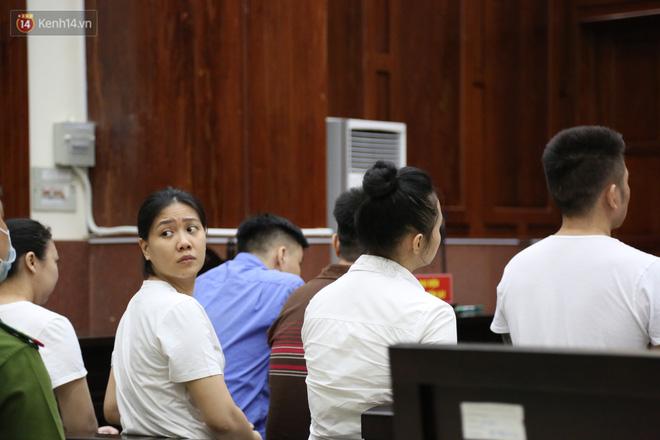 Ông trùm ma túy Văn Kính Dương cùng người tình Ngọc Miu cười tươi đến tòa, các bị cáo xin giảm nhẹ hình phạt-4