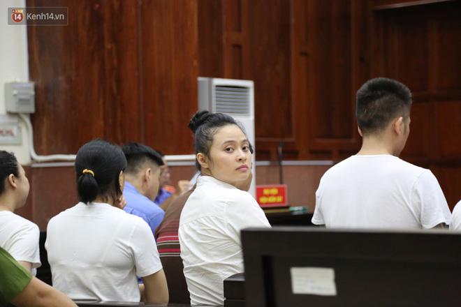 Ông trùm ma túy Văn Kính Dương cùng người tình Ngọc Miu cười tươi đến tòa, các bị cáo xin giảm nhẹ hình phạt-5