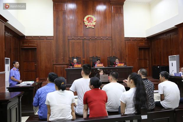 ẢNH: Ông trùm ma túy Văn Kính Dương và người tình Ngọc Miu tay nắm chặt tay, hôn nhau thắm thiết trước giờ tuyên án-1