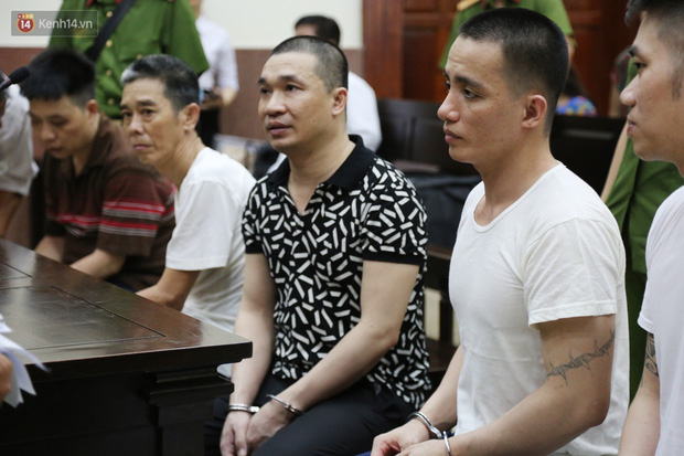 ẢNH: Ông trùm ma túy Văn Kính Dương và người tình Ngọc Miu tay nắm chặt tay, hôn nhau thắm thiết trước giờ tuyên án-10