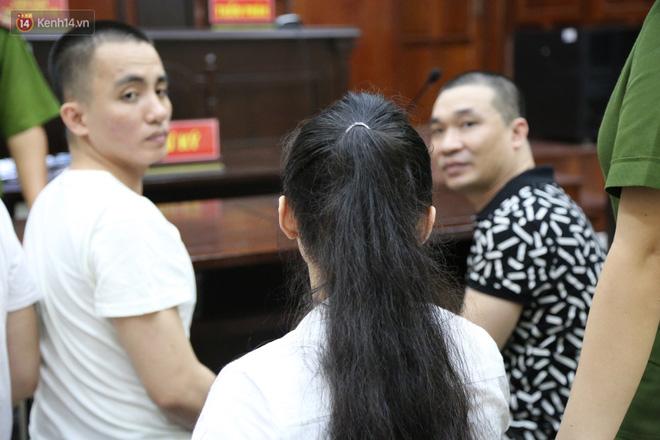 ẢNH: Ông trùm ma túy Văn Kính Dương và người tình Ngọc Miu tay nắm chặt tay, hôn nhau thắm thiết trước giờ tuyên án-5