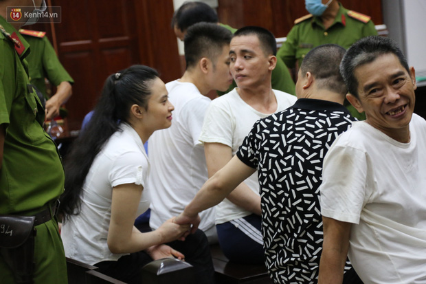 ẢNH: Ông trùm ma túy Văn Kính Dương và người tình Ngọc Miu tay nắm chặt tay, hôn nhau thắm thiết trước giờ tuyên án-6