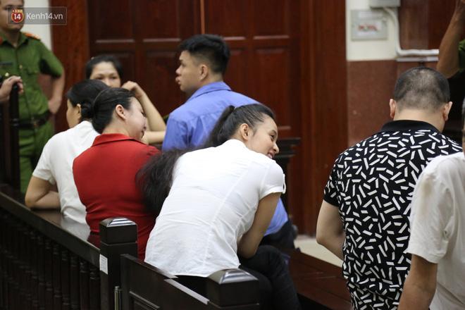 ẢNH: Ông trùm ma túy Văn Kính Dương và người tình Ngọc Miu tay nắm chặt tay, hôn nhau thắm thiết trước giờ tuyên án-8