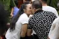 ẢNH: 'Ông trùm' ma túy Văn Kính Dương và người tình Ngọc Miu tay nắm chặt tay, hôn nhau thắm thiết trước giờ tuyên án