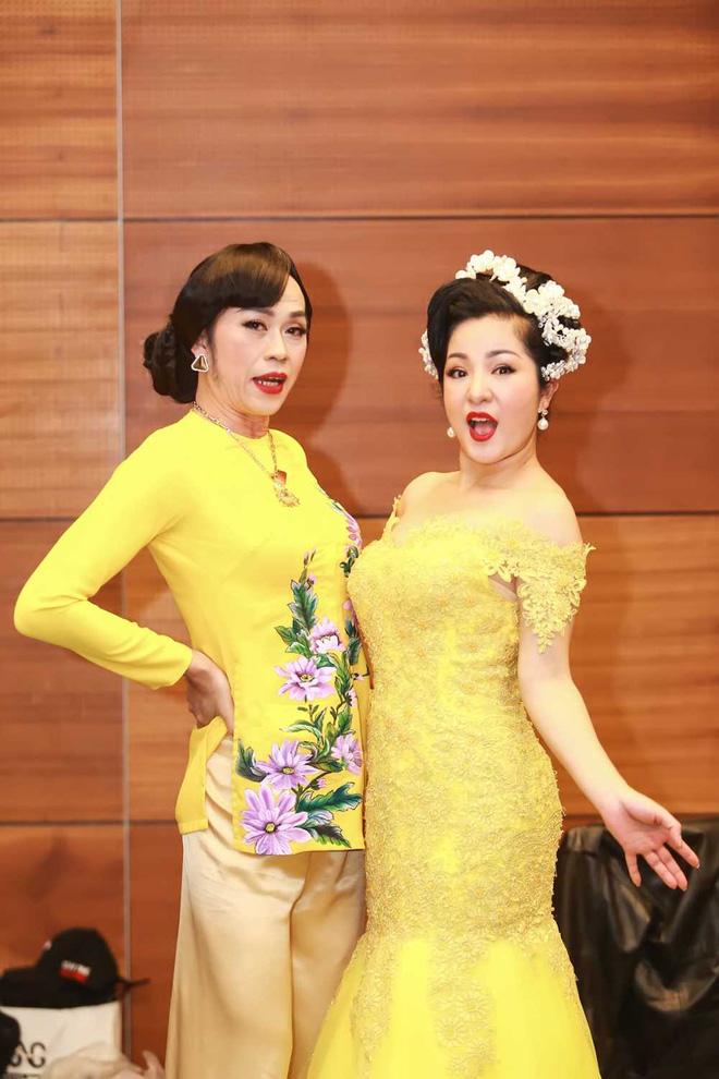 Bị vợ Dũng lò vôi réo tên căng đét, NS Hoài Linh lộ diện với màn giả gái xuất thần và thái độ gây chú ý bên NS Lê Giang-2