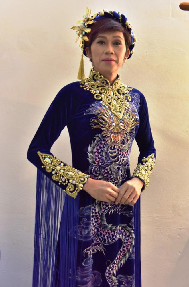 Bị vợ Dũng lò vôi réo tên căng đét, NS Hoài Linh lộ diện với màn giả gái xuất thần và thái độ gây chú ý bên NS Lê Giang-6