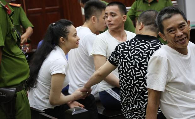 Kiểm sát viên nói về nụ hôn đắm đuối của Văn Kính Dương và Ngọc Miu tại tòa: Do lực lượng cảnh sát tư pháp lơ là-1