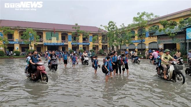 Rùng mình học sinh Bắc Ninh lội trong nước thải nhà máy giấy đục ngầu, hôi thối-2