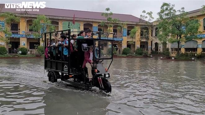 Rùng mình học sinh Bắc Ninh lội trong nước thải nhà máy giấy đục ngầu, hôi thối-11