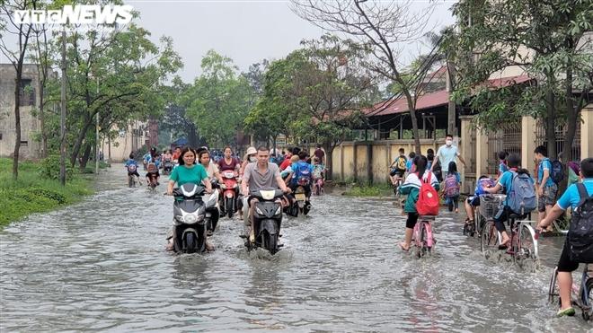 Rùng mình học sinh Bắc Ninh lội trong nước thải nhà máy giấy đục ngầu, hôi thối-12