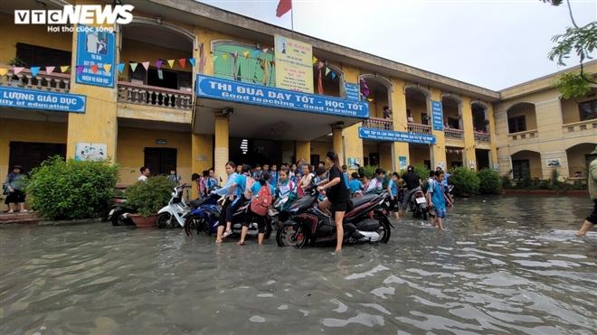 Rùng mình học sinh Bắc Ninh lội trong nước thải nhà máy giấy đục ngầu, hôi thối-3