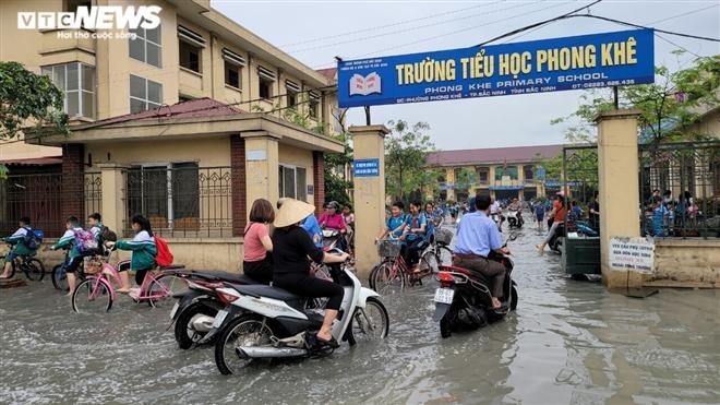 Rùng mình học sinh Bắc Ninh lội trong nước thải nhà máy giấy đục ngầu, hôi thối-4