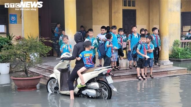 Rùng mình học sinh Bắc Ninh lội trong nước thải nhà máy giấy đục ngầu, hôi thối-5