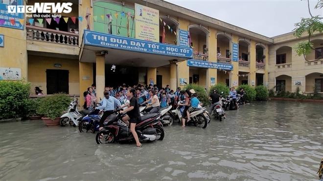 Rùng mình học sinh Bắc Ninh lội trong nước thải nhà máy giấy đục ngầu, hôi thối-6