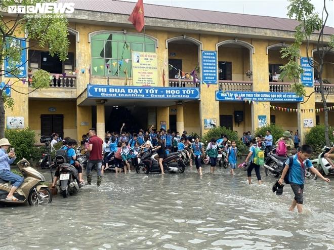 Rùng mình học sinh Bắc Ninh lội trong nước thải nhà máy giấy đục ngầu, hôi thối-8