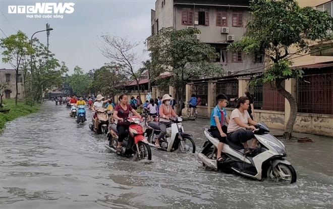 Rùng mình học sinh Bắc Ninh lội trong nước thải nhà máy giấy đục ngầu, hôi thối-10