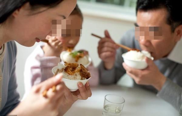 2 vợ chồng cùng nhập viện do ăn đồ thừa để qua đêm: Bác sĩ cảnh báo 4 món càng để lâu trong mùa hè càng dễ gây hại nội tạng-2