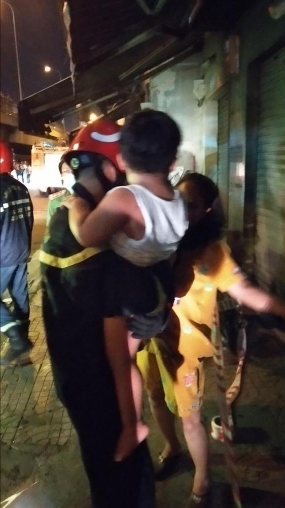 Cháy chung cư ở Sài Gòn, 24 người gồm người lớn và trẻ em mắc kẹt hoảng loạn kêu cứu-4