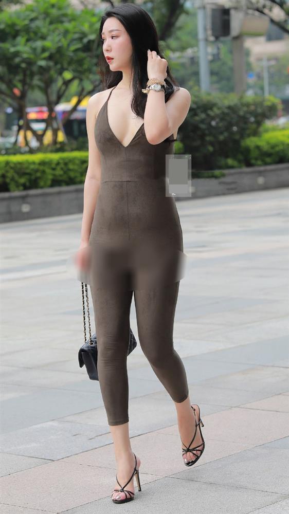 Chị em muốn mặc jumpsuit để khoe dáng thì đừng gây phản cảm như cô gái này...-1
