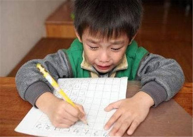 Con trai ngày đầu đi học đã khóc nức nở vì bị cô giáo phớt lờ, hỏi ra mới biết lý do bởi cái tên quá lạ không ai dám gọi-2