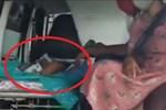 Hình ảnh gây sốc ở Ấn Độ: Người phụ nữ gục chết tại ga tàu vì Covid-19, chồng vác xác vợ chết trên vai tìm đến nơi hỏa táng-5