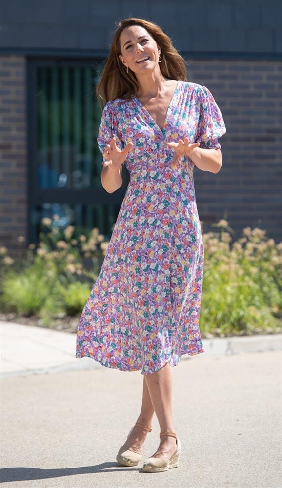 Công nương Kate mặc váy cũ chụp ảnh kỷ niệm 10 năm ngày cưới, nhưng đây là bộ váy nhìn chán nhất tủ đồ của cô-9