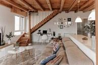 Căn hộ 2 tầng hiện đại và tiện dụng ở trung tâm thành phố được trang trí như một ngôi nhà nông thôn thanh bình