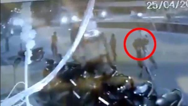 Hình ảnh gây sốc ở Ấn Độ: Người phụ nữ gục chết tại ga tàu vì Covid-19, chồng vác xác vợ chết trên vai tìm đến nơi hỏa táng-2