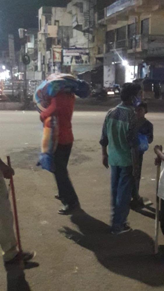 Hình ảnh gây sốc ở Ấn Độ: Người phụ nữ gục chết tại ga tàu vì Covid-19, chồng vác xác vợ chết trên vai tìm đến nơi hỏa táng-3